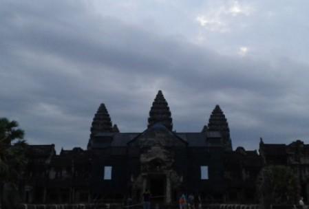 Bewölkter Sonnenaufgang bei Angkor Wat